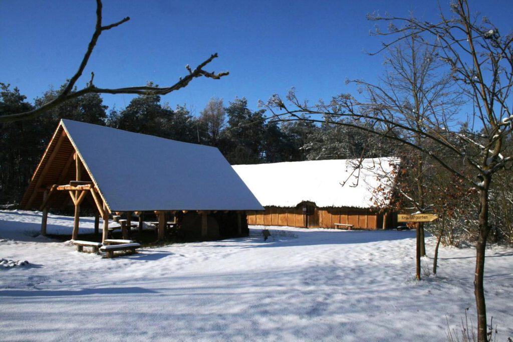 Foto W. Florstedt: Das tiefverschneite Steinzeitdorf, Februar 2021